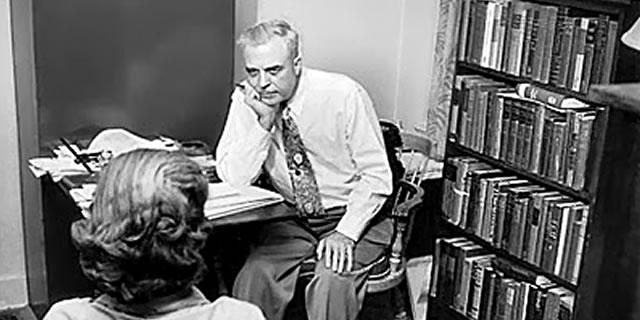 Milton Erickson lors d'une séance d'hypnose Ericksonienne
